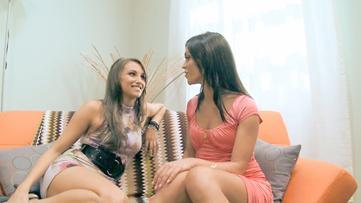 lesbisk Strap attack strand orgier