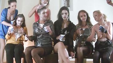 Lesbiennes chaudes et vicieuses punissent la nouvelle secrétaire à coup de god-ceinture.